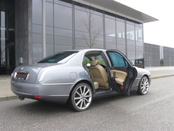 2002_Lancia_Thesis-rear view with open doors