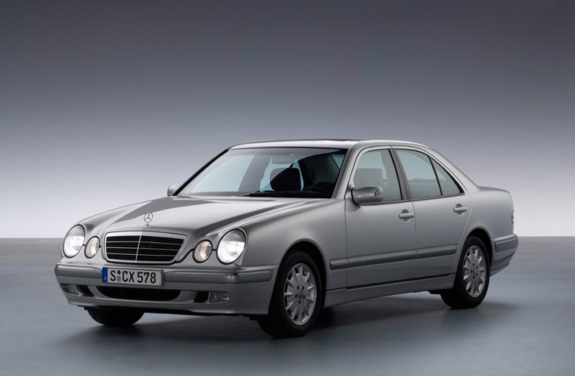 1995 Mercedes Benz W210 E-class. What´s wrong with this car is that that rounded form of the front wing was not blended well into the small radius of the A-pillar. And the mirror sail panel is a bodge. The effect is that the front of the car does not look like it belongs the back of the car. Ghastly.