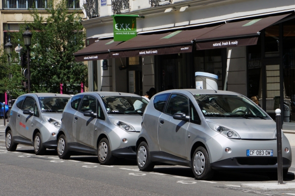 Autolib electric per-per-mile rental cars in Paris, France. Image: Wikipedia. Give them some money, please. We all use Wikipedia so cough up. Thanks.