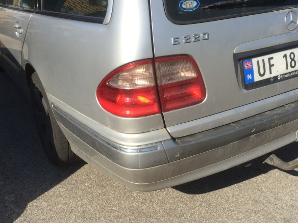 1995 Mercedes E-class rear quarter. Note the way there is no visible line under the rear lamp.