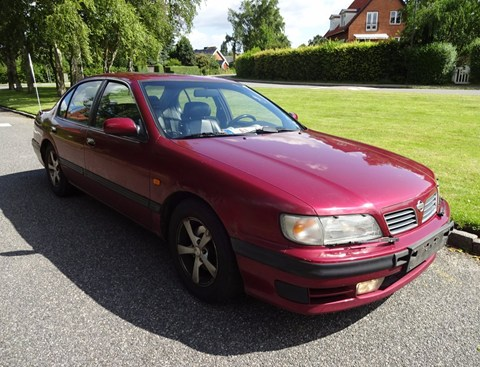 1995 Nissan Maxima, with the light coming from behind the car: bilbasen.dk