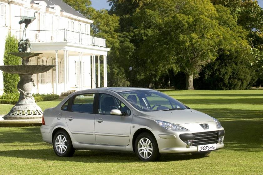 The saloon version of the 2001-2008 Peugeot 307: autoevolution.com