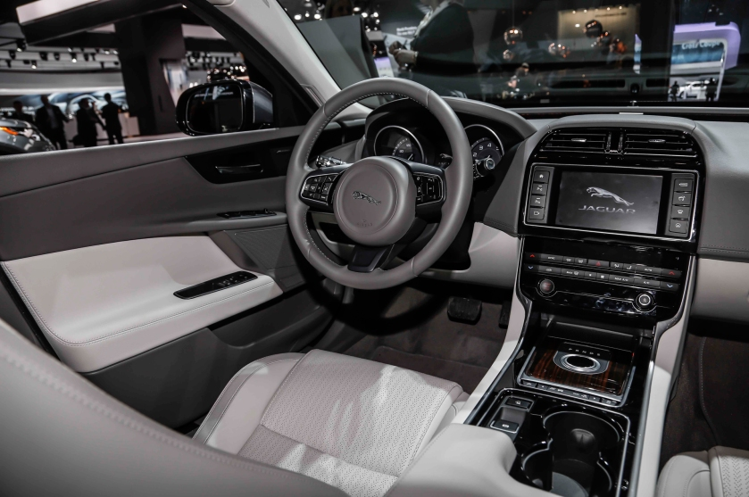 2016-jaguar-xe-dashboard-and-cockpit