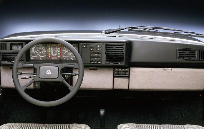 1989 Lancia Y10 interior: source