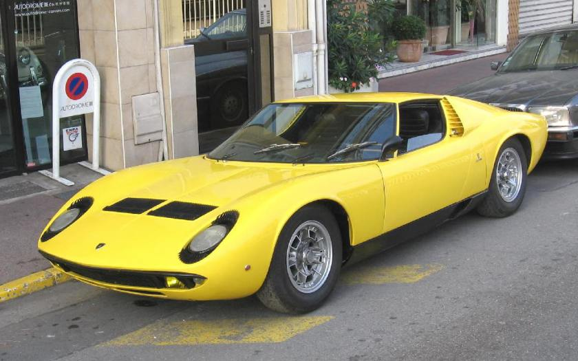 Cars are always at their best in the street. First series Miura - Image : autodrome-cannes.com