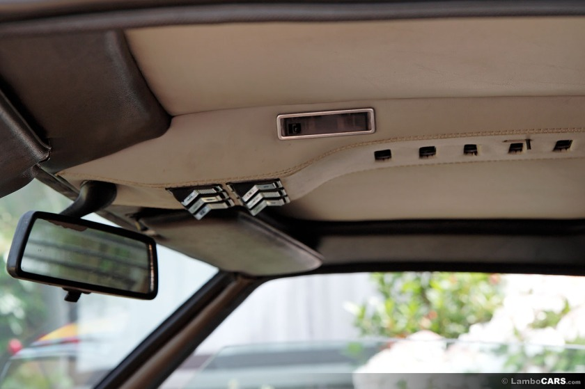 Pushing all the right buttons. Roof mounted console featuring rocker switches of later SV -Image : lambocars.com