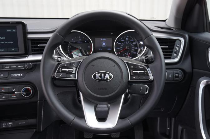13-kia-ceed-rt-2108-549-steering-wheel (autocar)